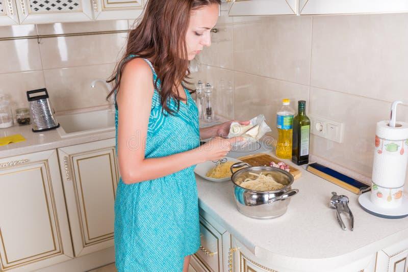 Jonge huisvrouw die het diner voorbereiden royalty-vrije stock fotografie