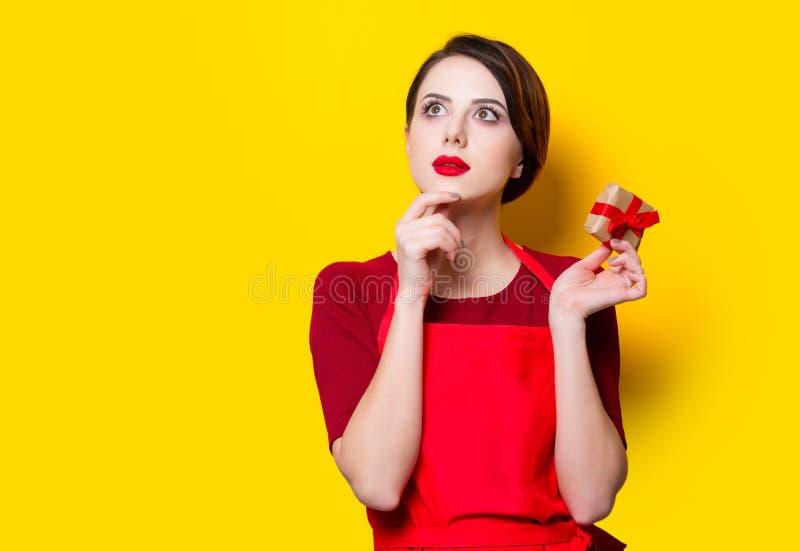 Jonge huisvrouw met gift stock afbeelding
