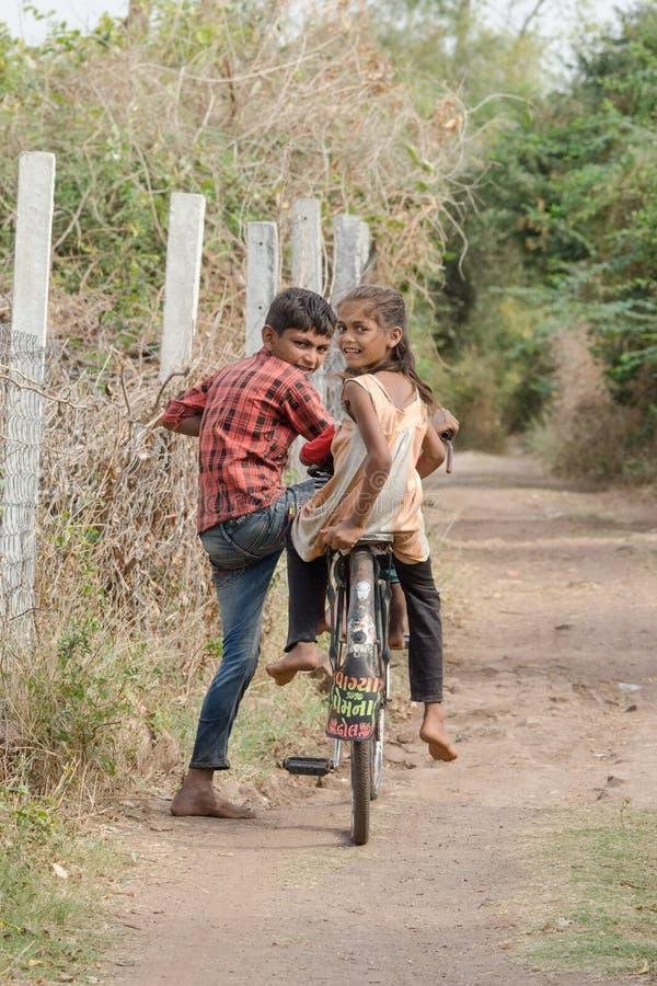 jonge Indiër op fietsen stock afbeeldingen
