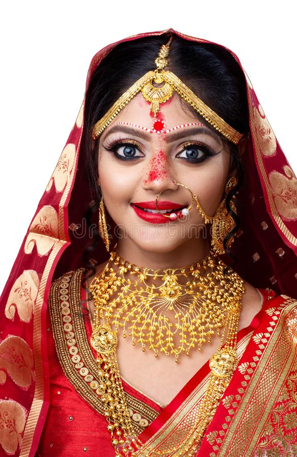 Jonge Indische bruid in Sari en gouden juwelen stock afbeeldingen