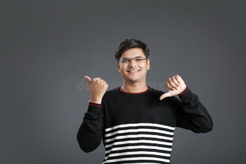 Jonge Indische mens die dreun tonen stock foto's
