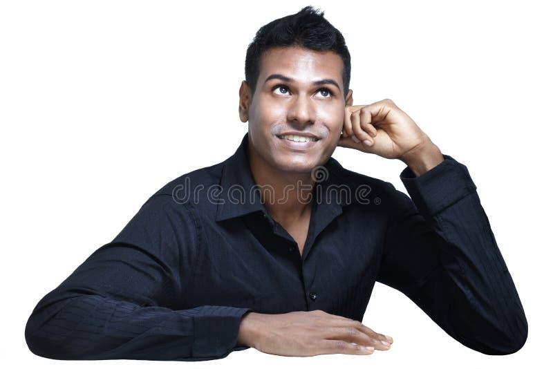 Jonge Indische upwards en mens die kijkt denkt royalty-vrije stock afbeeldingen