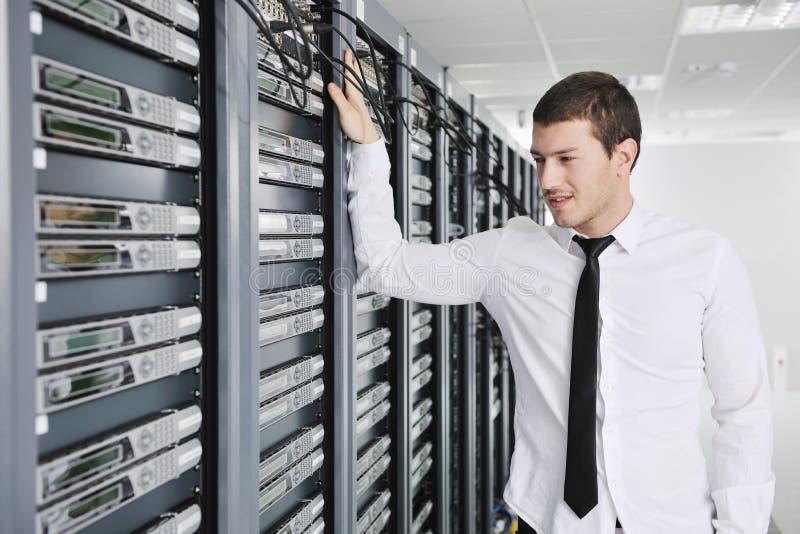 Jonge ingenieur in de ruimte van de datacenterserver stock fotografie