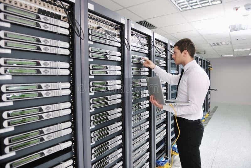 Jonge ingenieur in de ruimte van de datacenterserver stock foto's
