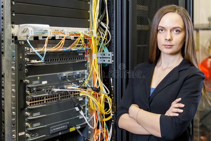 Jonge ingenieur en onderneemster bij de netwerkapparatuur stock afbeeldingen