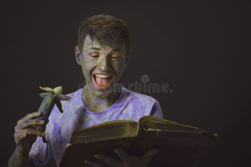 Jonge interessante die kerel met kleurrijke verven met gelukkig wordt geschilderd stock fotografie