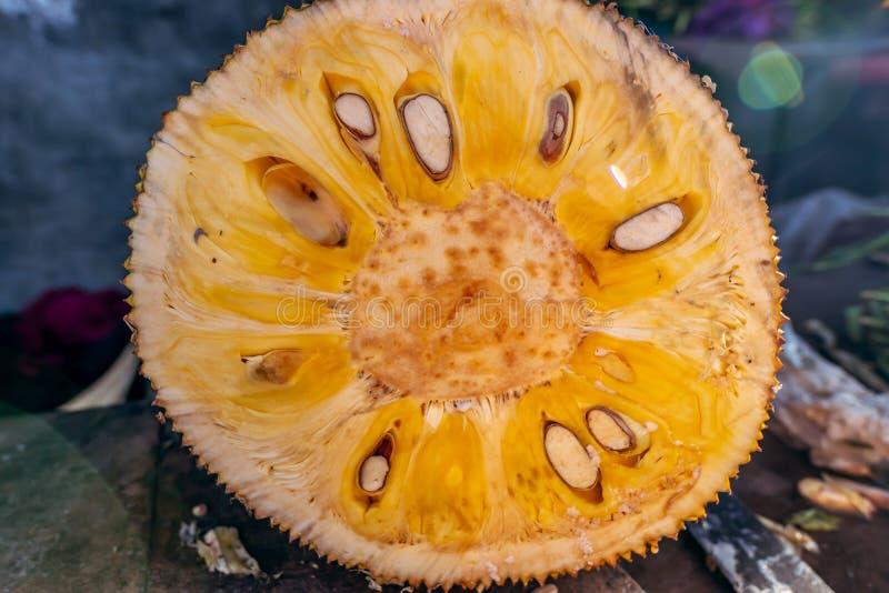 Jonge jackfruit op een lokale Balinese natuurvoedingmarkt Het eiland van Bali stock afbeelding