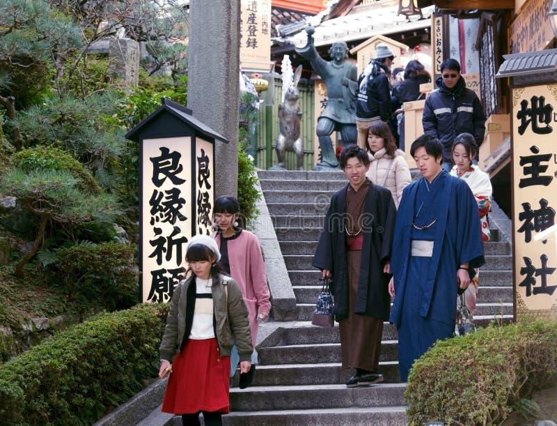 Jonge Japanse mensen die een tempel bezoeken royalty-vrije stock afbeelding
