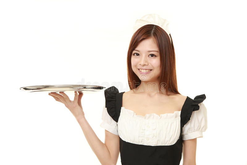 Jonge Japanse vrouw die Frans meisjekostuum met dienblad dragen royalty-vrije stock afbeeldingen