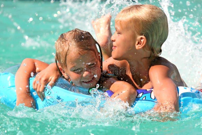 Jonge jonge geitjes in de pool royalty-vrije stock fotografie