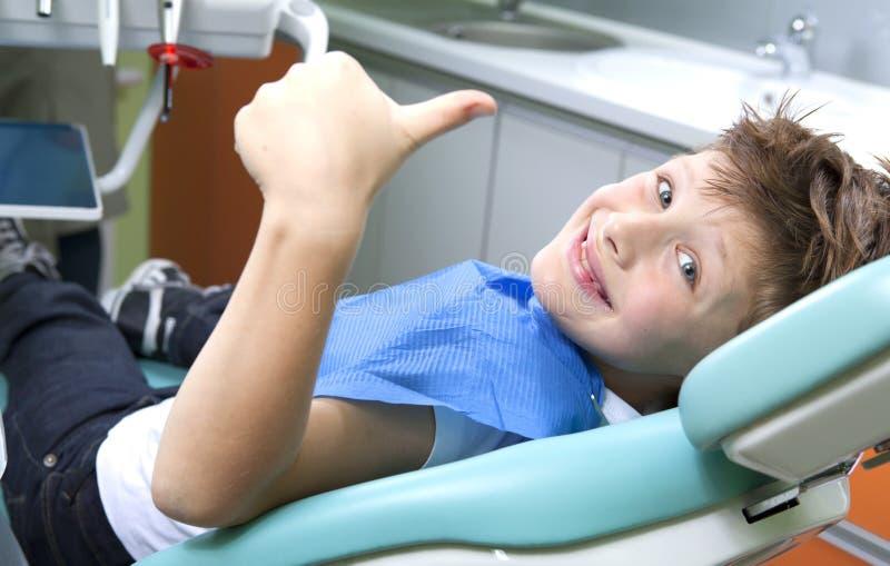 Jonge jongen bij de tandarts royalty-vrije stock afbeeldingen