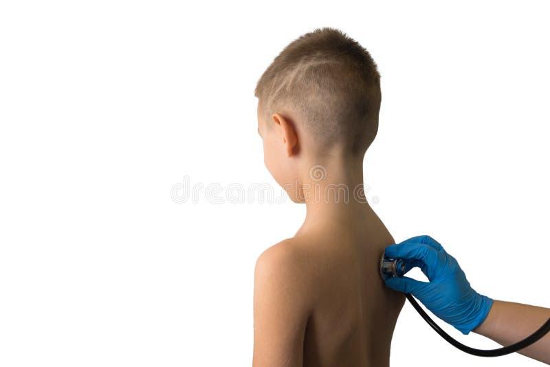 Jonge jongen die algemeen medisch onderzoek met behulp van stethoscoop krijgen Inentingsconcept, preventionalimmunisering stock afbeelding