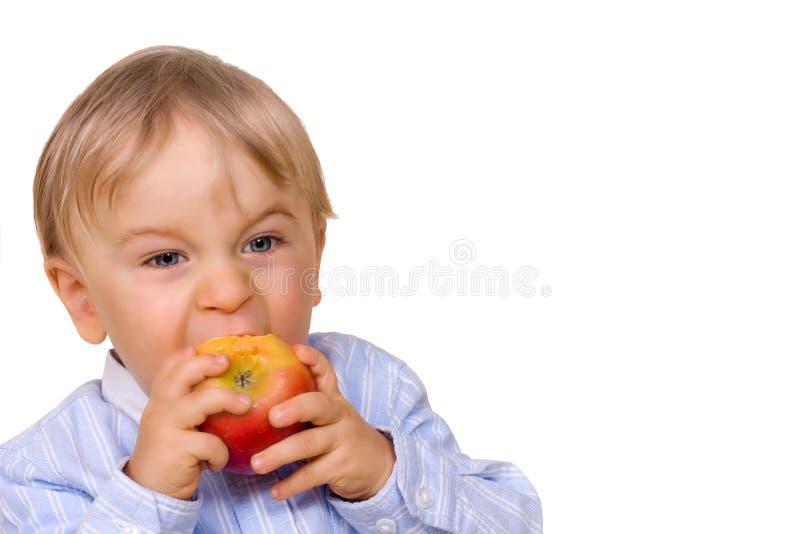 Jonge jongen die appel eet royalty-vrije stock foto