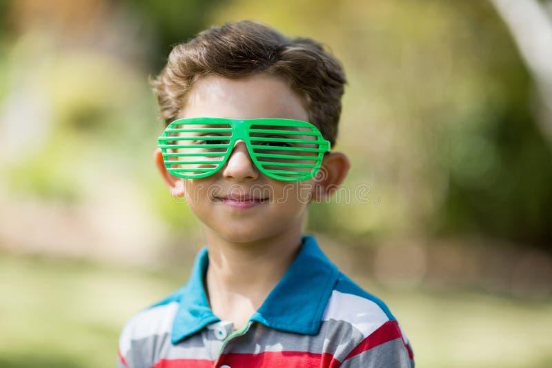 Jonge jongen die blindschaduwen dragen royalty-vrije stock foto's