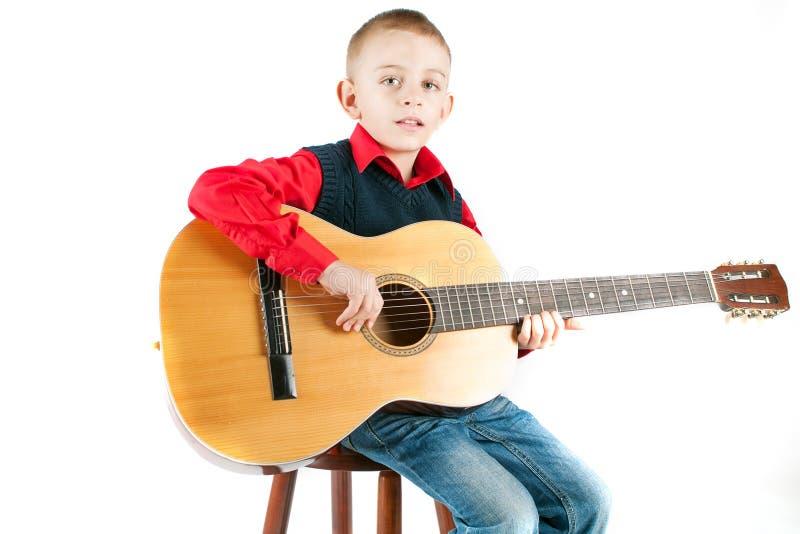 Jonge jongen die de gitaar speelt royalty-vrije stock afbeeldingen