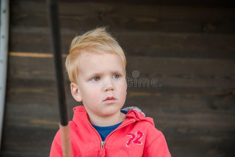 Jonge jongen die in de pijler vissen royalty-vrije stock afbeelding