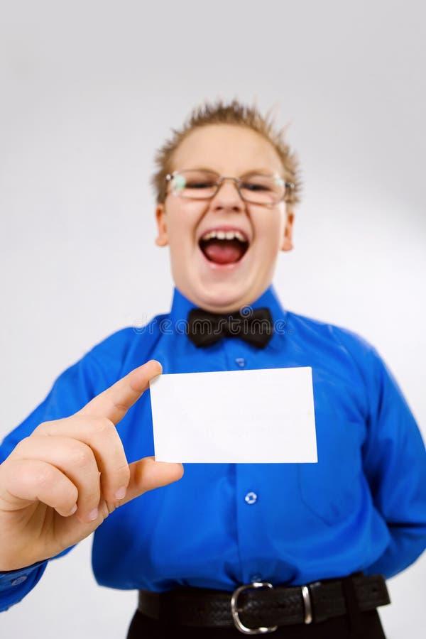 Jonge jongen die een lege reclamekaart houdt royalty-vrije stock foto