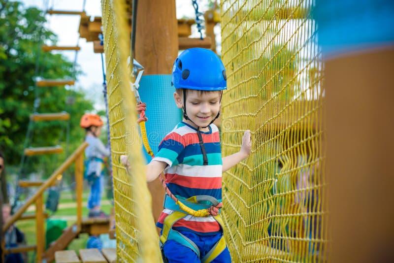 Jonge jongen die en pret spelen hebben die activiteiten in openlucht doen Geluk en gelukkig kinderjarenconcept royalty-vrije stock afbeelding