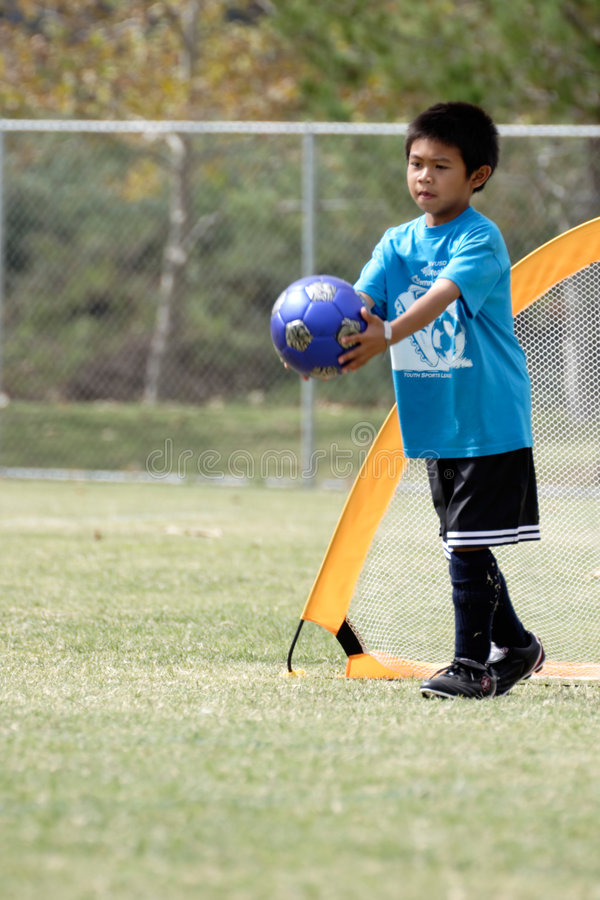 Jonge jongen die goalie in voetbal speelt royalty-vrije stock afbeeldingen