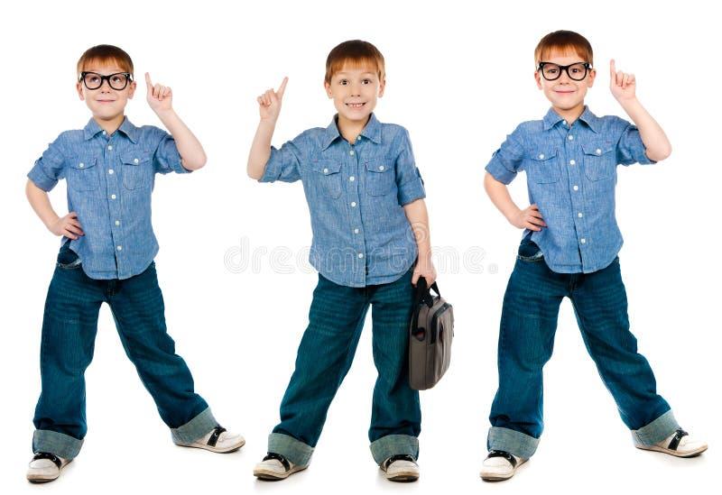 Jonge jongen die in jeans en overhemd dragen royalty-vrije stock afbeelding
