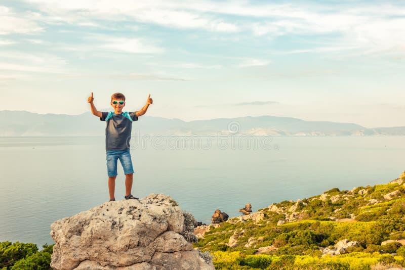 Jonge jongen die langs de kust van de Middellandse Zee reizen stock foto's