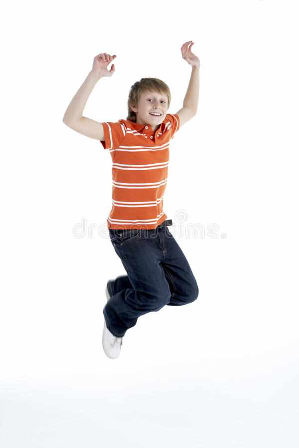 Jonge Jongen die in Lucht springt stock foto