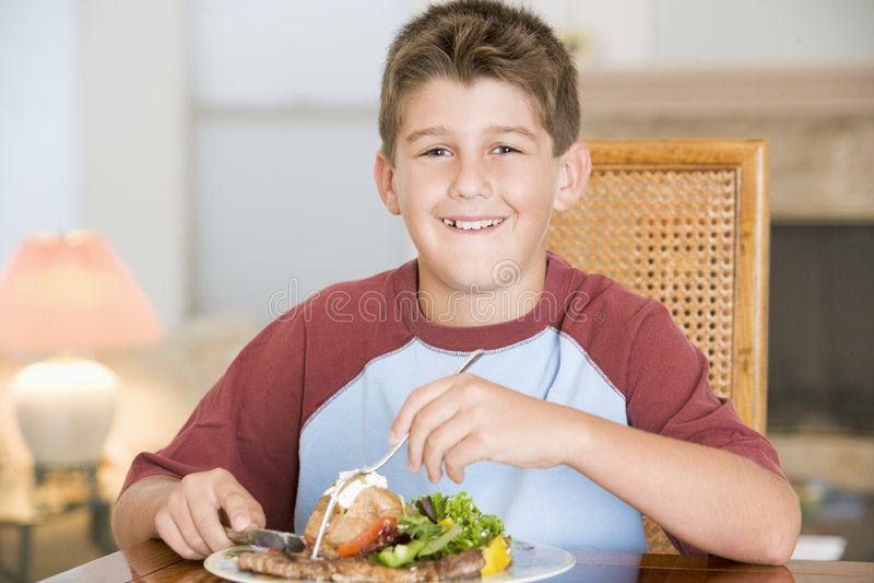 Jonge Jongen die maaltijd, etenstijd eet stock afbeeldingen