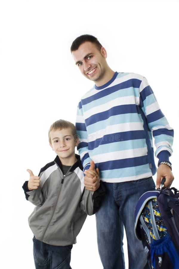 Jonge jongen die naar school met zijn vader gaat royalty-vrije stock foto