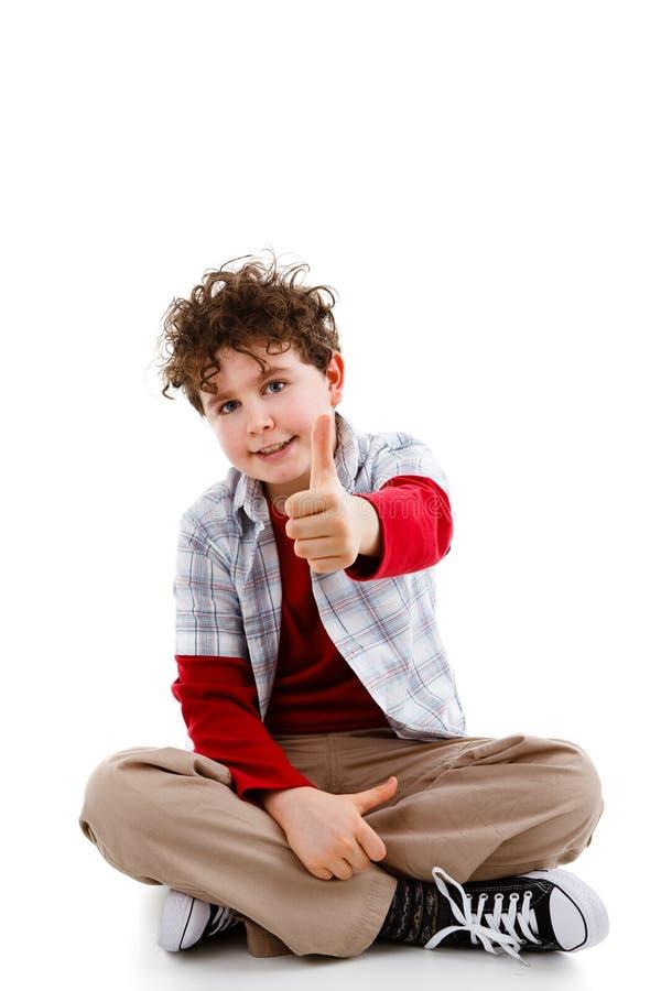 Jonge jongen die O.K. teken toont stock afbeeldingen