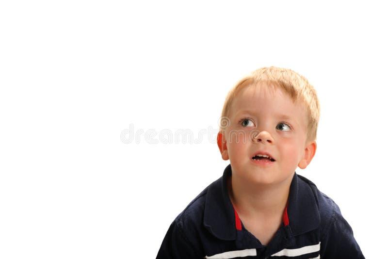 Jonge jongen die omhoog kijkt royalty-vrije stock afbeelding