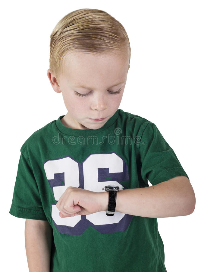 Jonge jongen die op de tijd op zijn polshorloge letten stock afbeelding