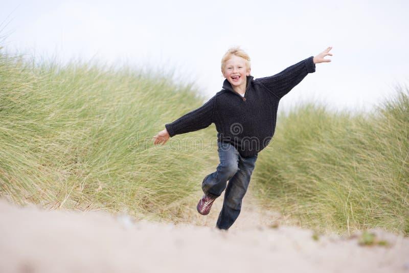 Jonge jongen die op strand loopt royalty-vrije stock foto's