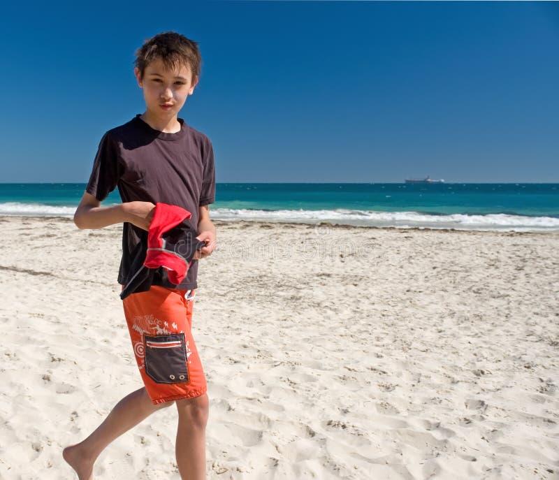Jongen Die Op De Gang Van Het Strand Loopt Stock Foto
