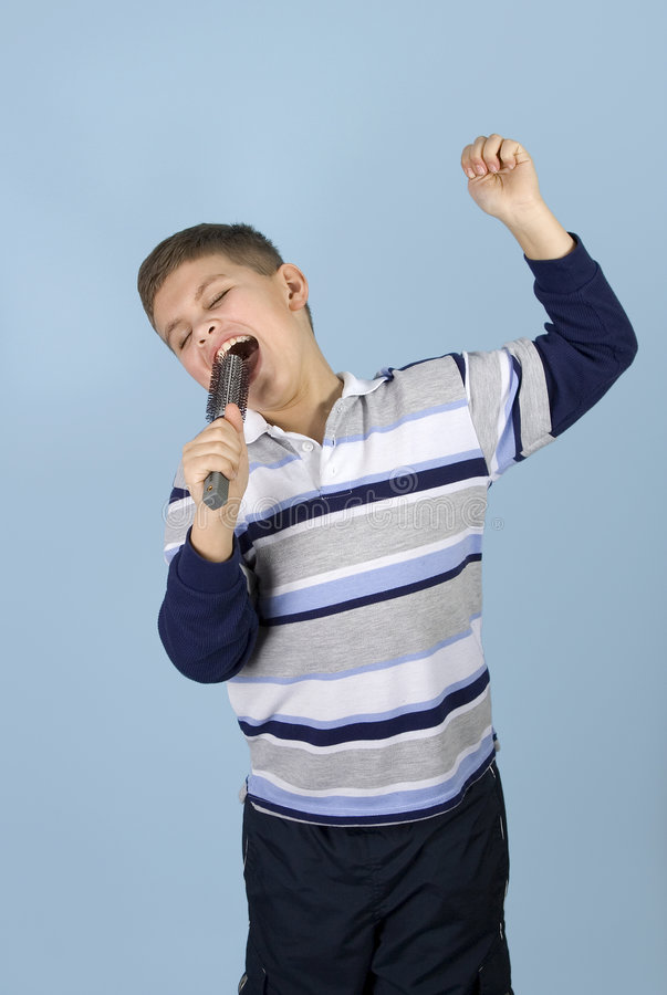 Jonge jongen die rotsster beweert royalty-vrije stock afbeelding