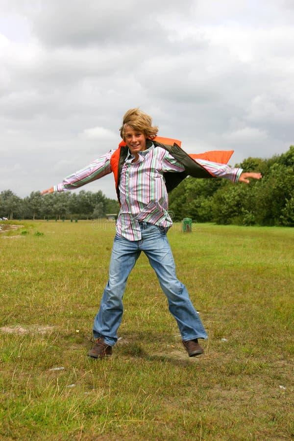 Jonge jongen die voor vreugde II springt royalty-vrije stock afbeelding
