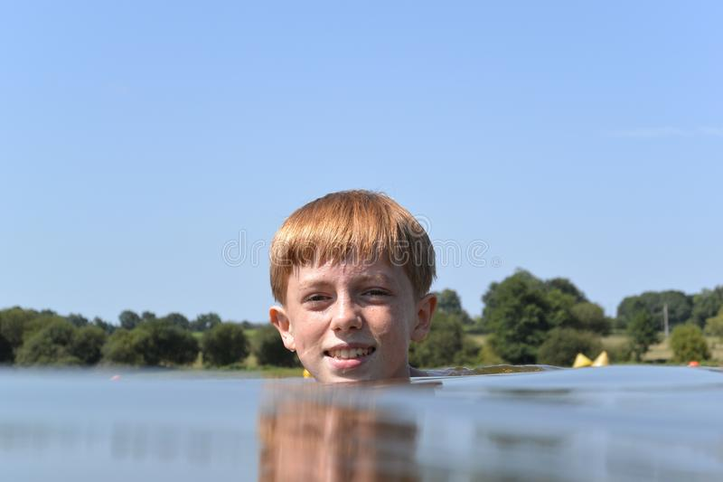 Jonge jongen die water betreden royalty-vrije stock foto's
