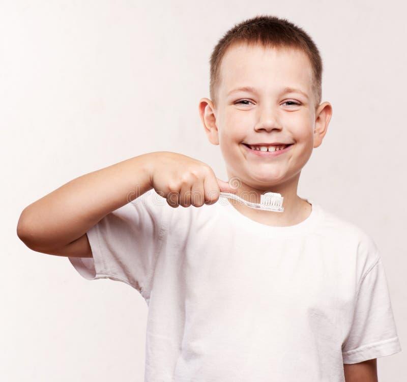 Jonge Jongen die Zijn Tanden borstelt royalty-vrije stock fotografie