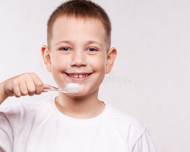 Jonge Jongen die Zijn Tanden borstelt royalty-vrije stock afbeeldingen