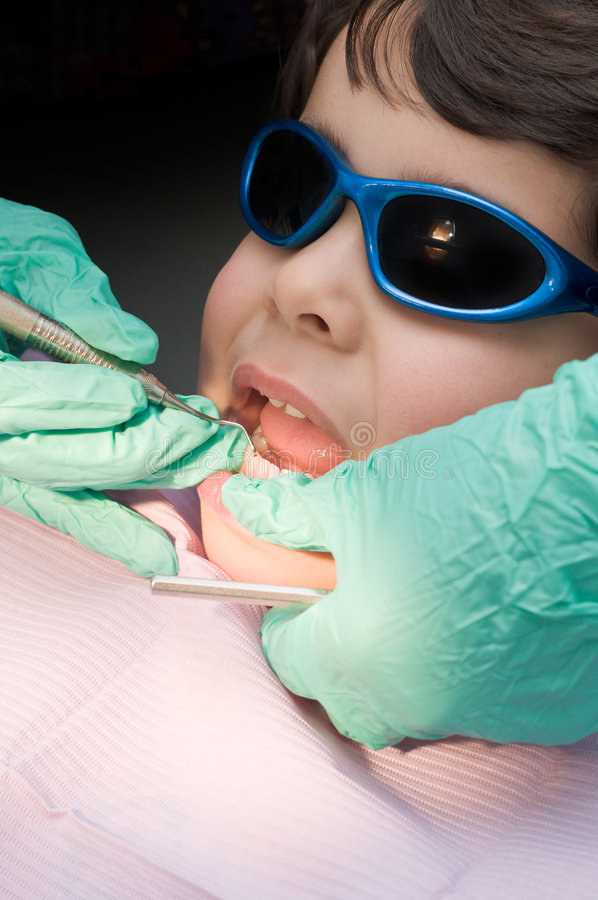 Jonge jongen die zijn tanden heeft die bij de tandarts worden schoongemaakt royalty-vrije stock foto's