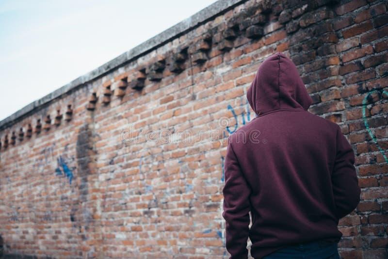 Jonge jongen eenzaam in stedelijke straat royalty-vrije stock afbeeldingen