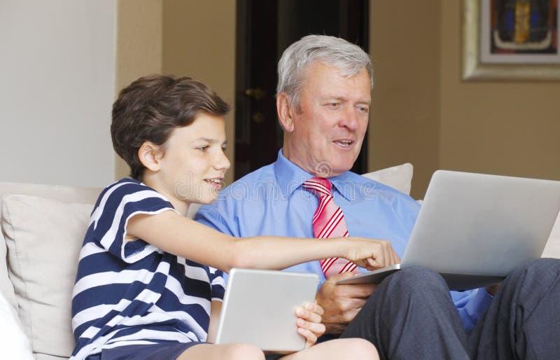 Jonge jongen en zijn grootvader stock foto's
