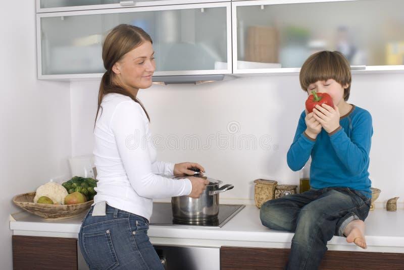 Jonge jongen en zijn moeder stock foto's