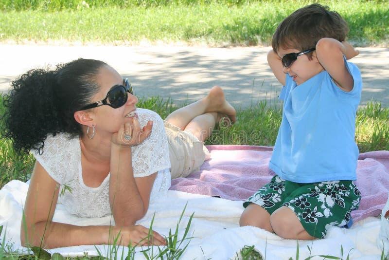 Jonge jongen en zijn moeder die van het park genieten stock afbeeldingen