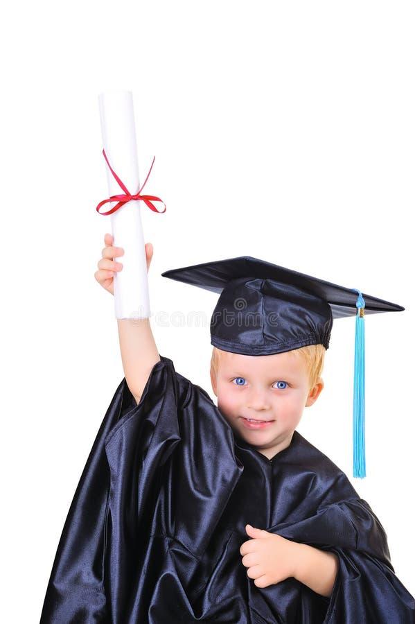Jonge jongen in graduatiekleding stock foto's