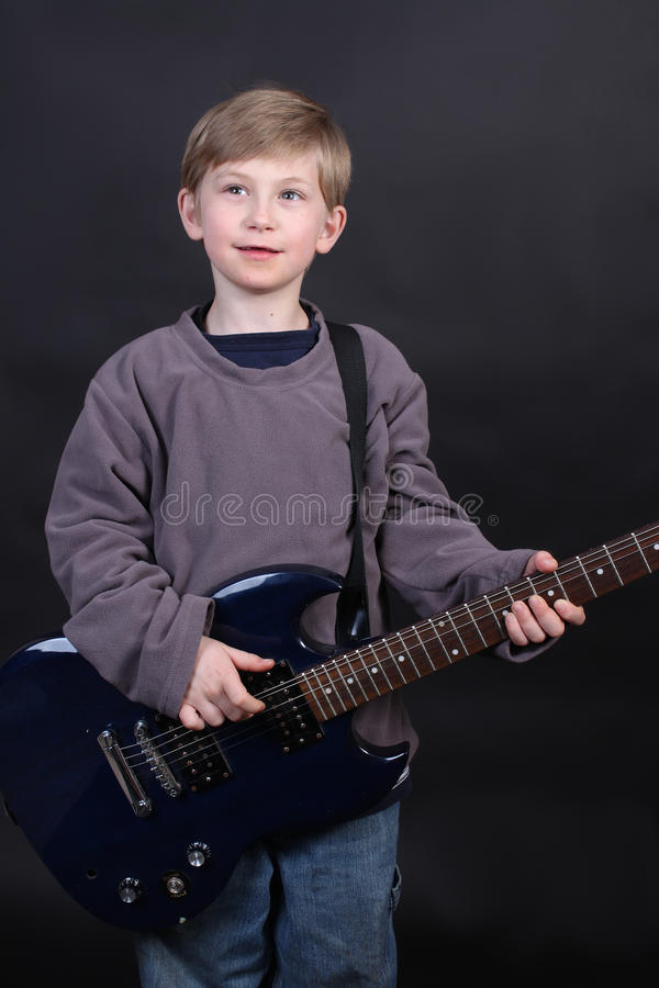 Jonge jongen het spelen gitaar royalty-vrije stock foto's