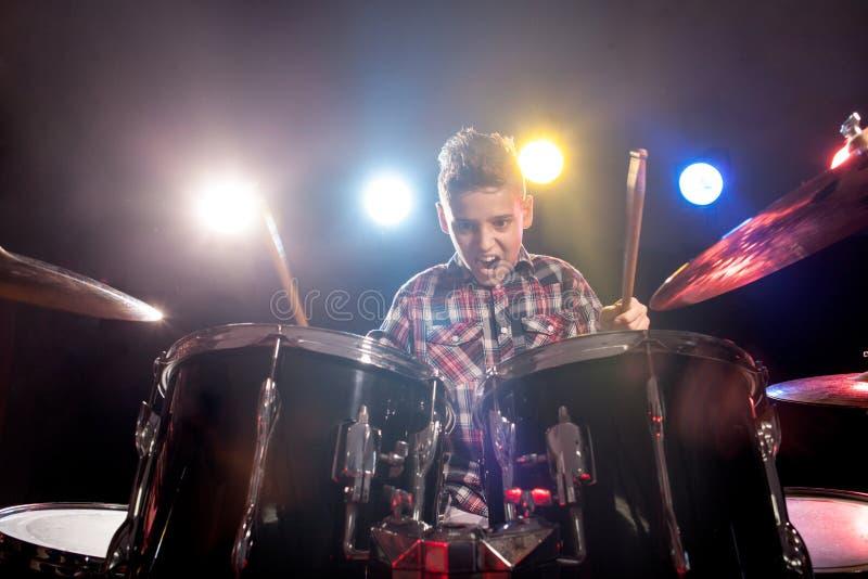 Jonge jongen het spelen trommels stock foto's
