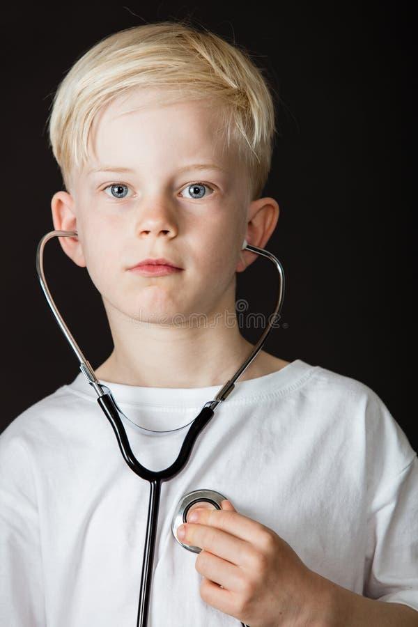 Jonge jongen met aspiraties om een arts te zijn royalty-vrije stock foto