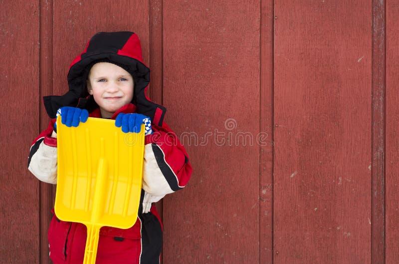Jonge jongen met gele stuk speelgoed schop royalty-vrije stock foto's