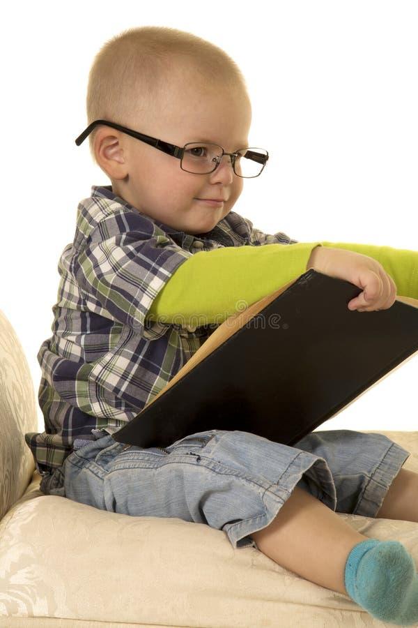 Jonge jongen met glazen het lezen stock afbeeldingen