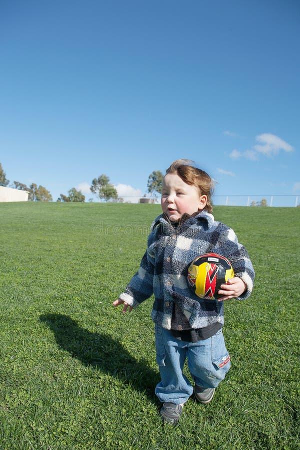 Jonge jongen met stuk speelgoed voetbalbal royalty-vrije stock foto